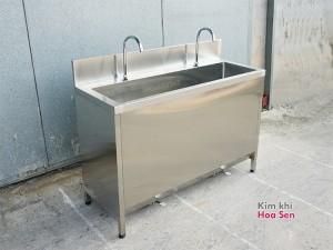 Tủ chậu rửa tay có tích hợp sẵn vòi đạp chân