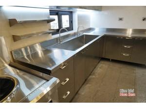 Tủ bàn bếp inox và chậu rửa công nghiệp